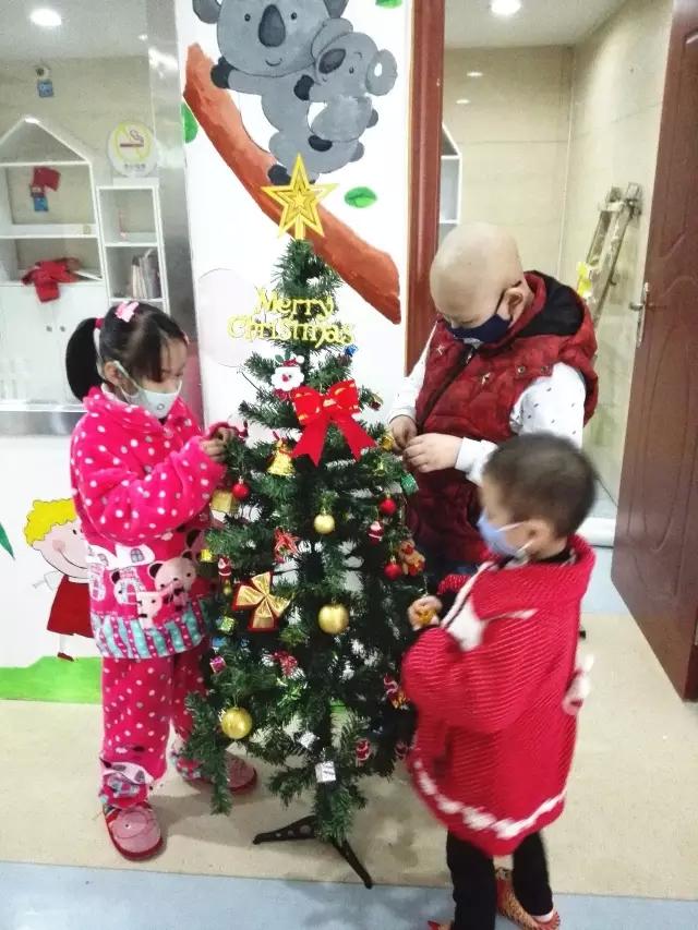 燕郊病房学校将组织小朋友进行手语舞《感恩的心》以及集体舞《小苹果》的表演。现在,孩子们每次上课都会抽出时间进行排练。北京恒华、昆明和长沙病房学校主要是以互动性强、寓教于乐的艺术课为主,通过小朋友们的绘画、手工以及舞蹈展现他们的学习成果。北京北大妇幼院内、苏州及济南病房学校将举办小型联欢会,志愿者们将为小朋友献上一系列精彩演出,另外,活动还精心设计了由小朋友参与的亲子互动游戏等。郑州病房学校本次的庆祝形式别出心裁,将在两家不同医院院内教室举办趣味运动会。届时,小朋友们将变身小运动员出场。他们将参加套圈、投篮